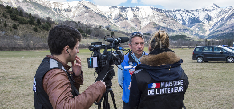31ff9293802 Equipe technique DICOM durant une interview lors du crash aérien de la  Germanwings © MI
